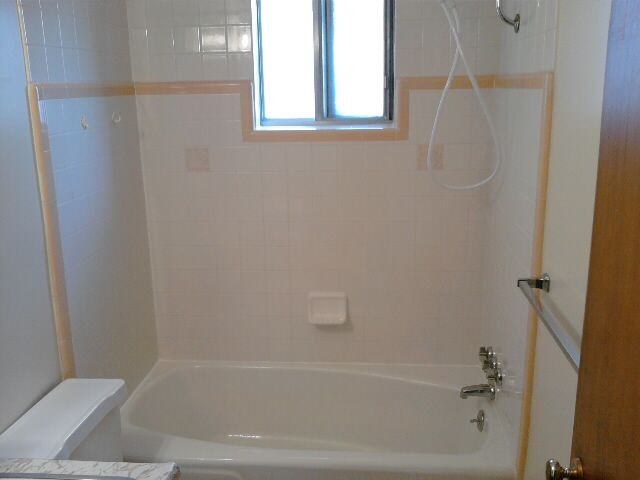 1475A tiled bath with shower wand